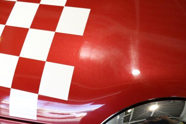 拭き傷の付いた新車のスズキ・ハスラー
