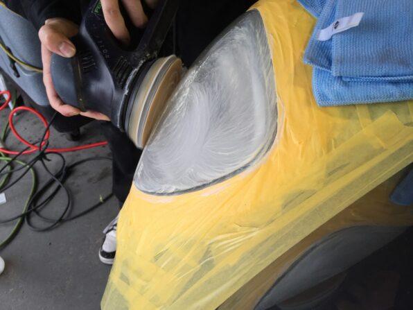 ランチアのヘッドライト磨き 研磨の様子