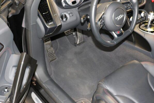Audi(アウディ) R8 の車内にエアブローをかけ洗車の準備