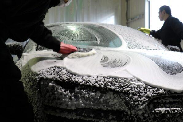 適切に管理されたモップで丁寧に手洗い洗車