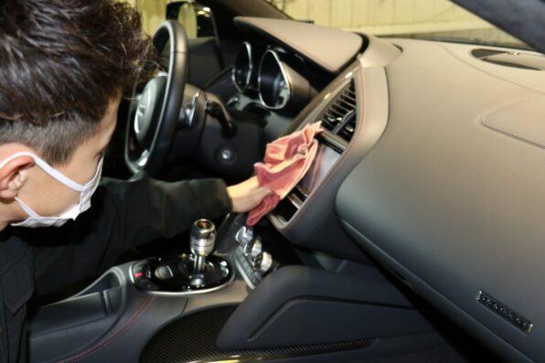 車内のナビ画面やメッキ部分の拭き上げ