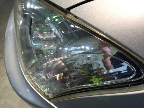 深いひびの跡は残っているが、ヘッドライト磨きで透明感がかなり復活したヘッドライト。