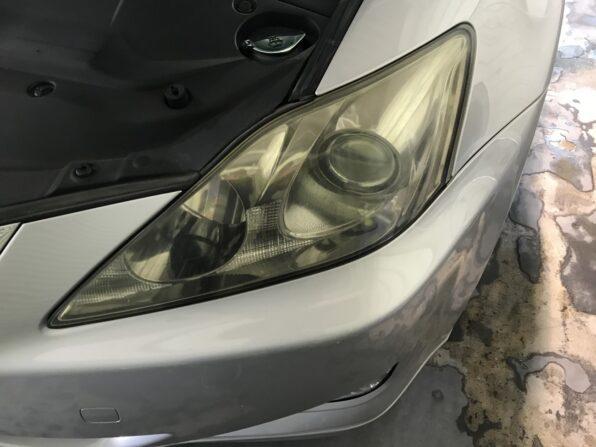 レクサスのヘッドライトの黄ばみ取り 施工前