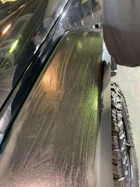 ジープ・ラングレーの白化した樹脂パーツを綺麗に復元 施工中
